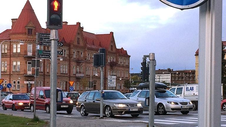 Bilar på vägen vid resecentrum i Falun.