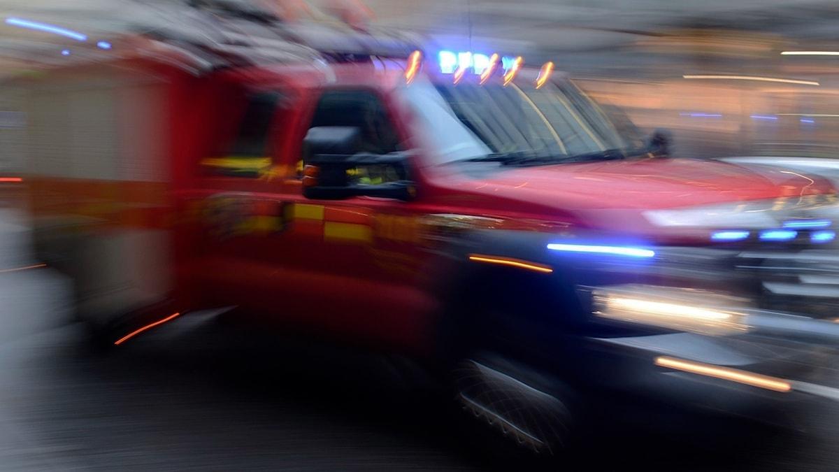 En brandbil med blåljus