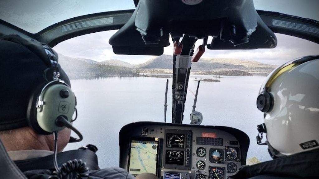 Närbild på två som åker helikopter