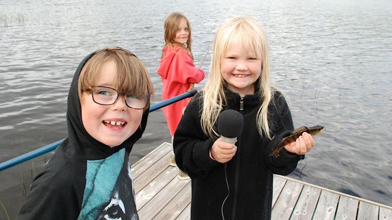 tre barn som fiskar