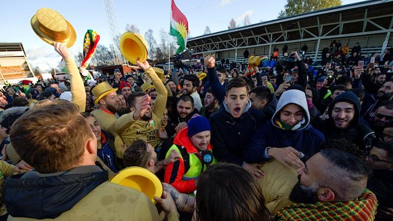 Dalkurds fans jublar inne på planen efter att Dalkurd gått upp i allsvenskan.