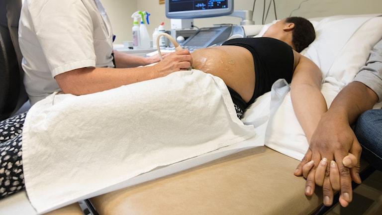 En kvinna som gör en ultraljudsundersökning.