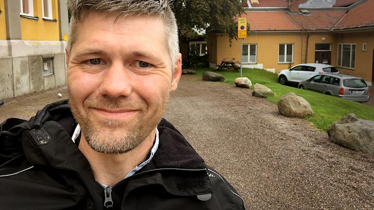Portträttbild utomhus på Jonas Gustafsson.