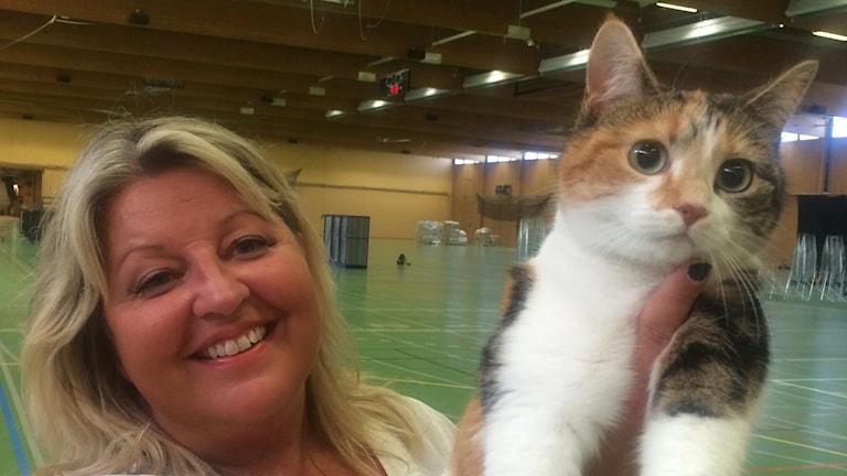 Maja Karlsson och katten Doris