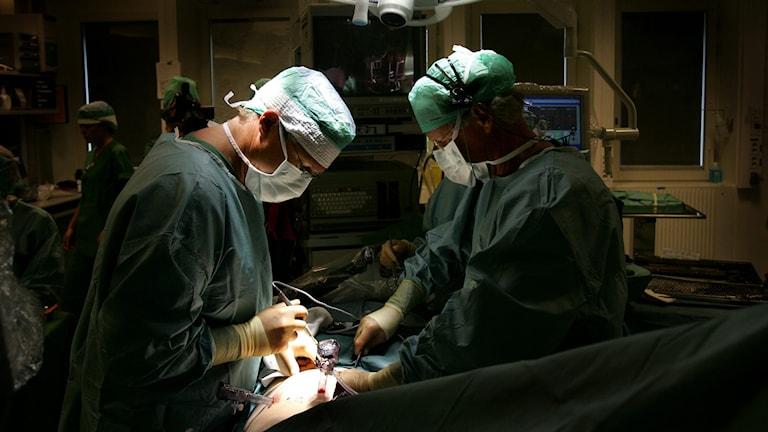 Två läkare som opererar.
