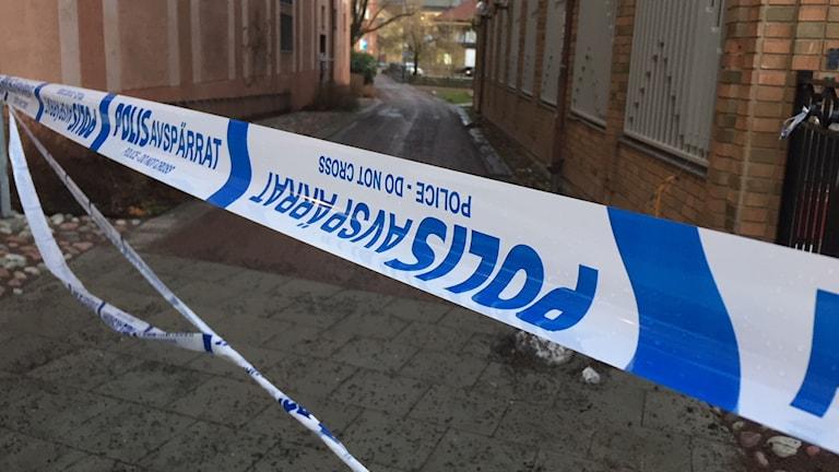 Bild på polisens avspärrningsband vid platsen för mordförsöket