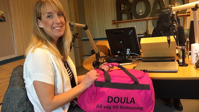 Katrin Josefsson hade med sin rosa doulaväska när hon besökte studion i radiohuset.
