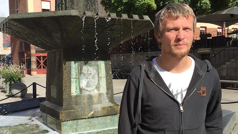 Richard Mårtensson, HR-chef i Falu kommun, framför en fontän i centrala Falun.
