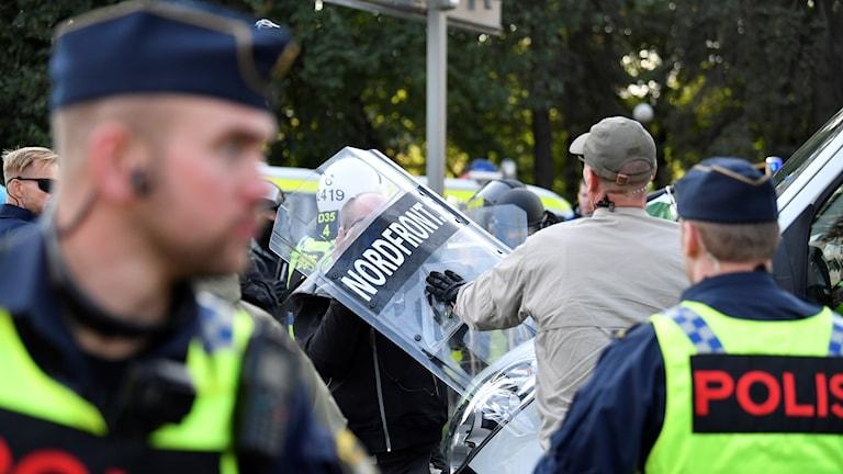 Kravallpoliser och Nordiska motståndsrörelsen vid demonstrationen i Göteborg.