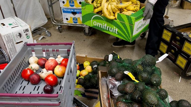 Lådor med frukt och grönsaker