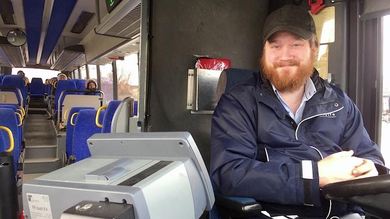 Bussföraren Magnus Pedersen i färd med att köra iväg på nästa sträcka.