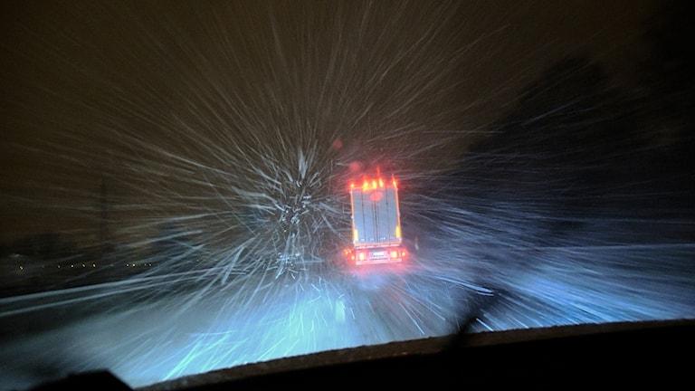 En lastbil bromsar i yrande snö.