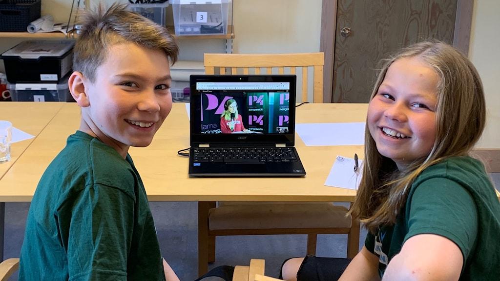 Två elever som sitter vid en dator.