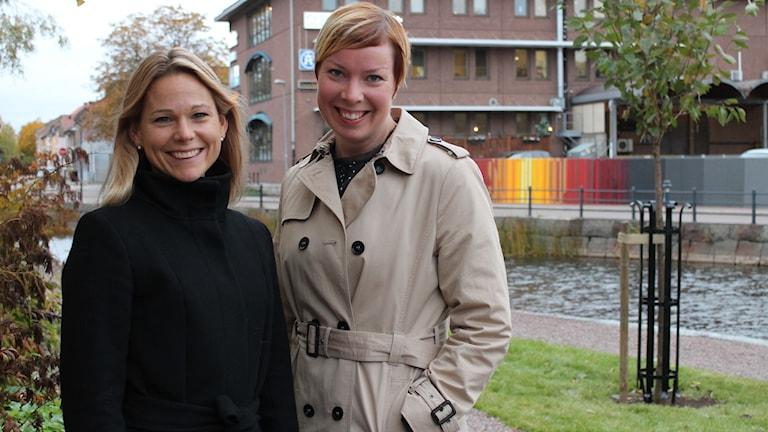 Stina Snitt på Mellansvenska Handelskammaren i Dalarna och Jenny Barksjö Forslund chef på KPMG GävleDala står bredvid varandra.