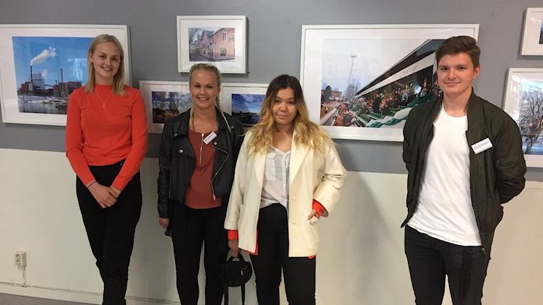 Sofia Norgren, Tilde Belin, Mikaela Rosales Dahlström och, Oliver Tommos Jernberg. Fyra elever på Soltorgsgymnasiet som ställer ut sina bilder av Borlänge.