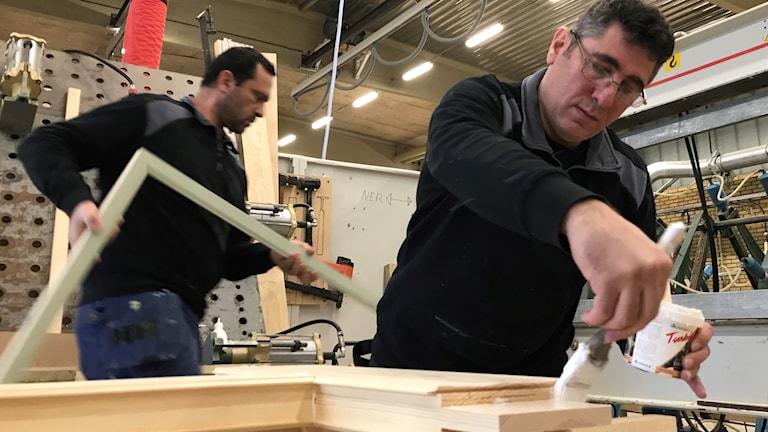 Anas Halabi och Ahmad Dakoure  jobbar på ett snickeri
