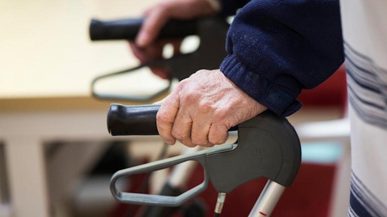 en äldre persons händer