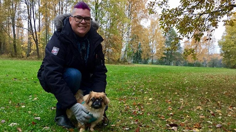 Pekingesen Alfons och matte Ulle utomhus i ny rastgård i Falun.