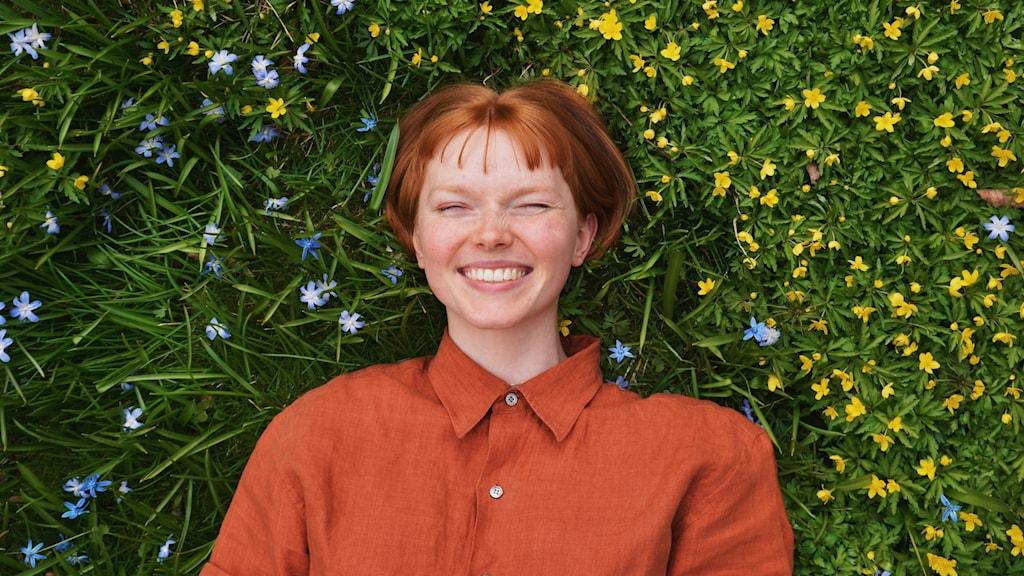 Ida Hammarbäck, aktuell i P4 Nästa Dalarna, ligger i gräset.