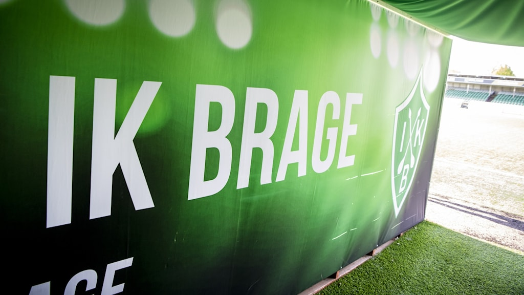 Grönvit text på vägg med texten IK Brage.