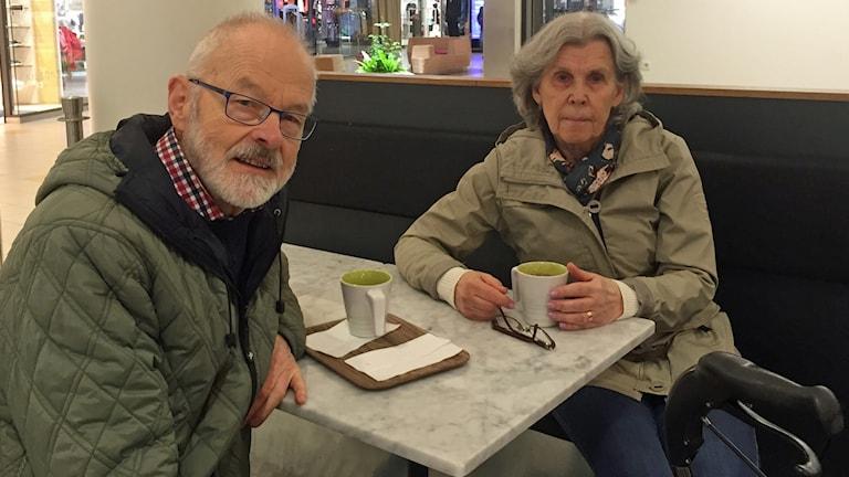 Sten och, Gunilla tar sig en fika i Kupolen i Borlänge, och har tänkt en hel del efter det som hände i centrala, Stockholm igår eftermiddag