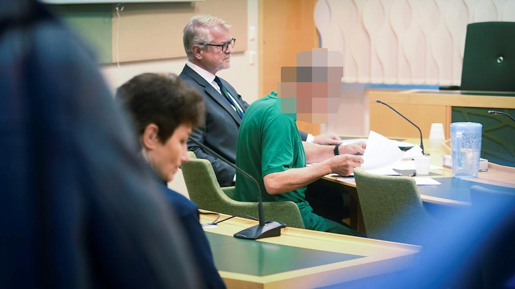 Maskad bild från rättssalen under häktningsförhandlingen av brottsmisstänkte företagaren från Dalarna