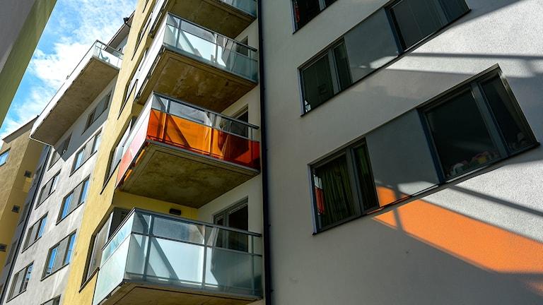 Ett lägenhetshus med balkonger.