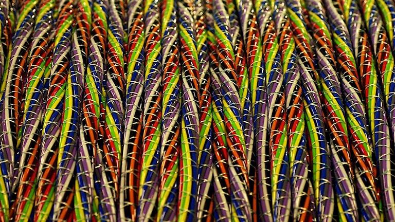 Närbild på flera färgglada kablar på rad.