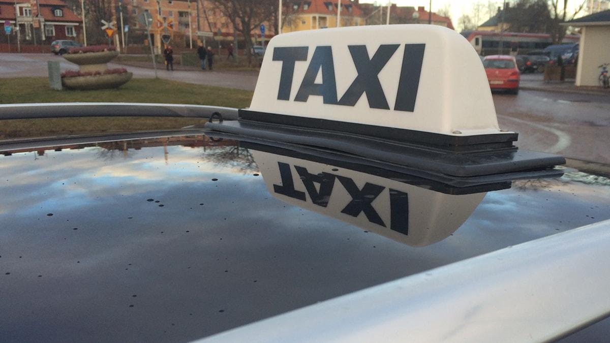 En bild på en taxi