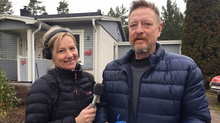 P4 Dalarnas Madde Drake delade ut en P4-tårta till Perra Andersson i Djurmo.
