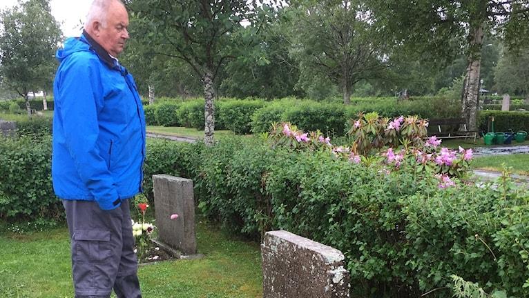 Man vid gravplats i Dala-Järna