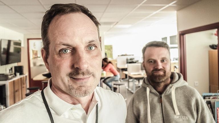 Två män i ett kontor.