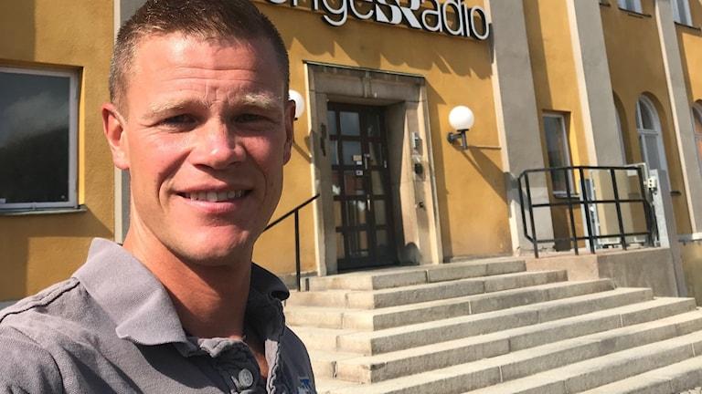 En man framför Radiohuset i Falun.