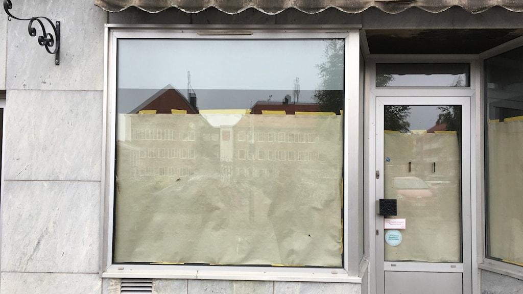 Tomt skyltfönster på Vasatorget i Smedjebacken.