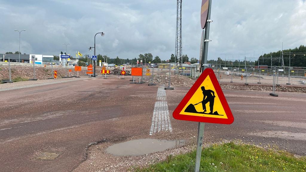 Stängsel och vägskyltar om vägarbete.