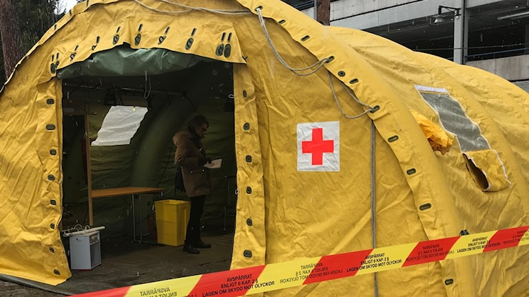 Gult provtagningstält för coronavirus, uppsatt utanför Falu lasarett.
