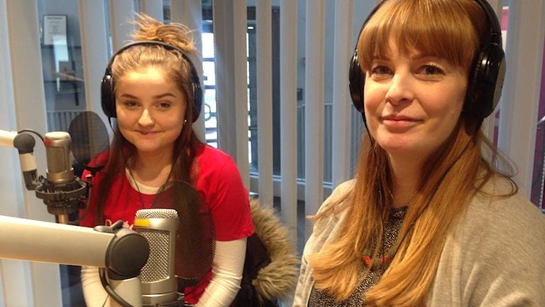 Två kvinnor vid mikrofoner i en radiostudio.