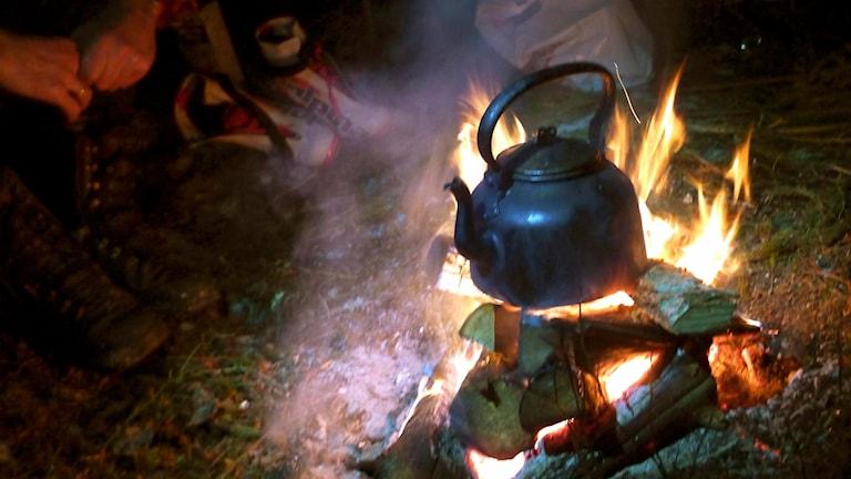 Koka kaffe på öppen eld
