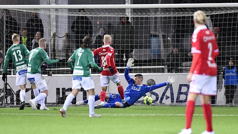 Bollen går i mål under Borlänges målvakt.