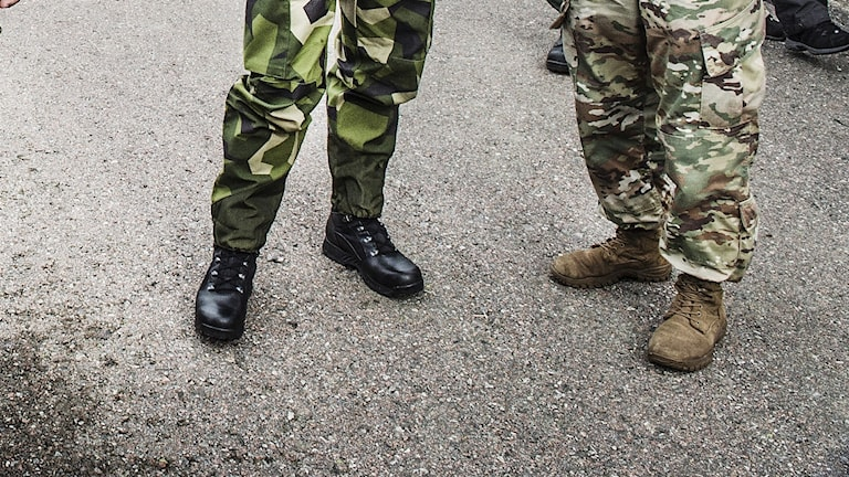 Två ben tillhörande män i militärkläder.