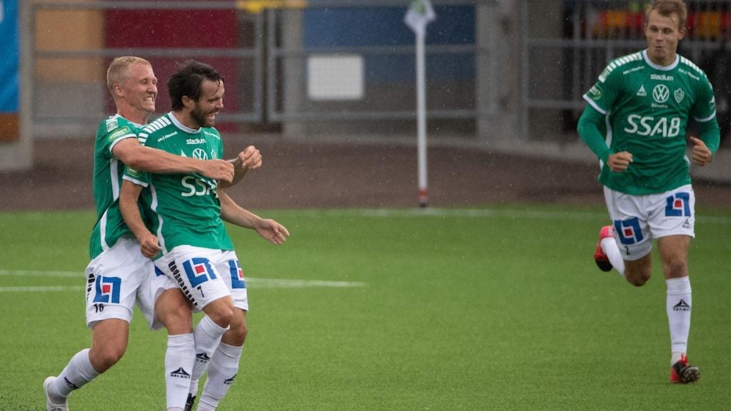 Tre män som spelar för IK Brage som är glada.