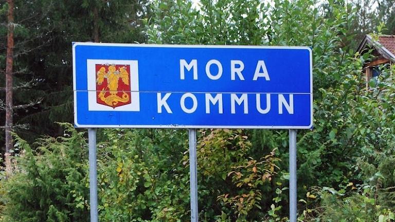 En skylt där det står Mora kommun.