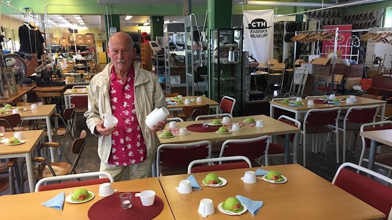 Eldsjälen Gösta Jansson gör i ordning fika för besökare av CTH:s Fabriksmuseum.