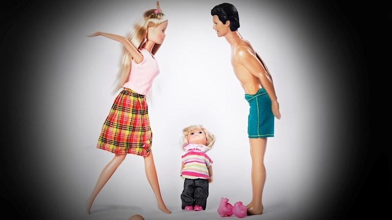 Tre dockor, en mammadocka, en pappadocka och en barndocka
