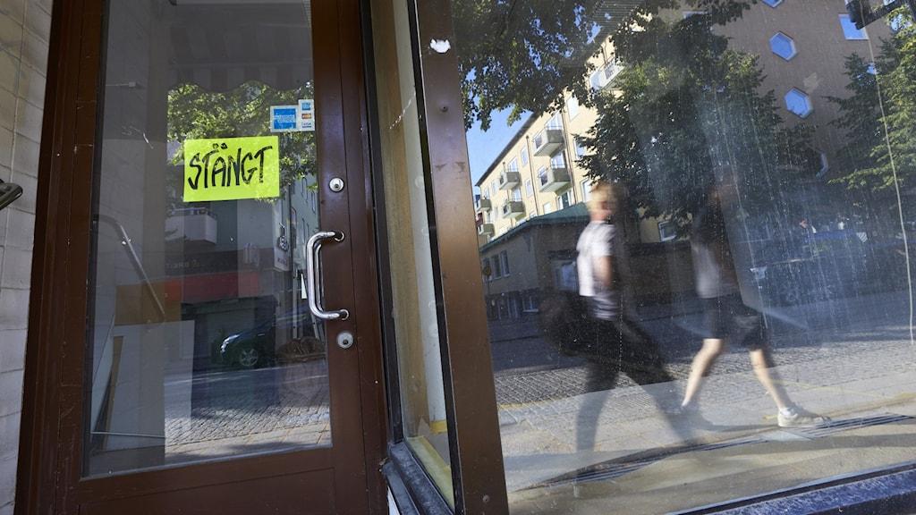 """En dörr med en skylt där det står """"stängt""""."""