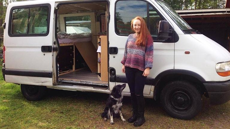 Maja Samuelsson och hunden Misha vid den van de ska resa genom Europa med.