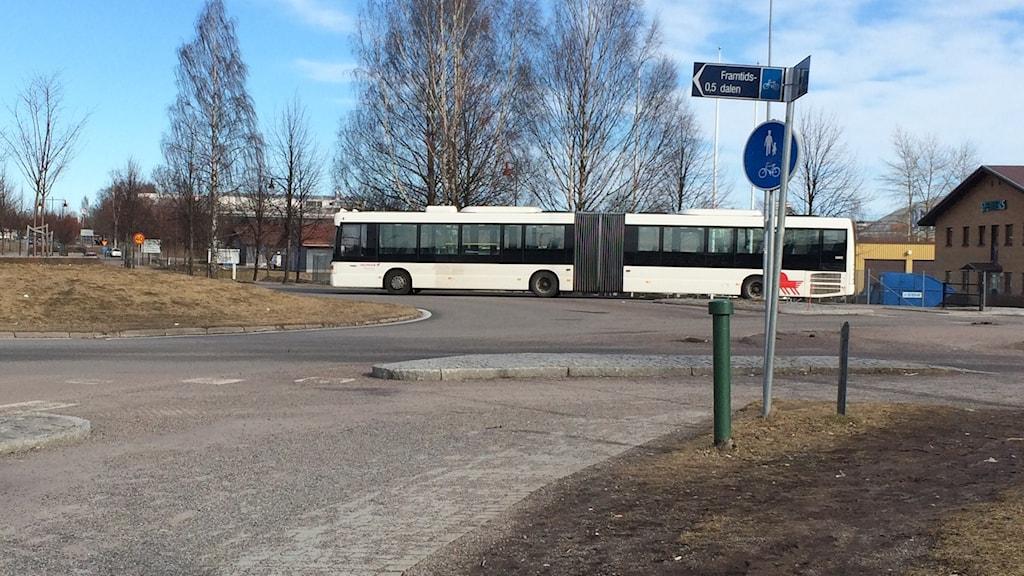 En buss som kör i Jaxrondellen i Jakobsgårdarna i Borlänge.