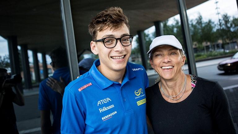 Armand Duplantis med sin mamma Helena Duplantis
