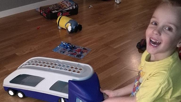 Teodor sitter på golvet och leker med en leksak