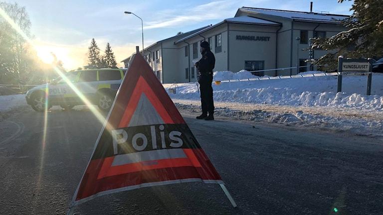 Polisavspärrningar vid platsen för skottlossningen där en person dog i Kvarnsveden.